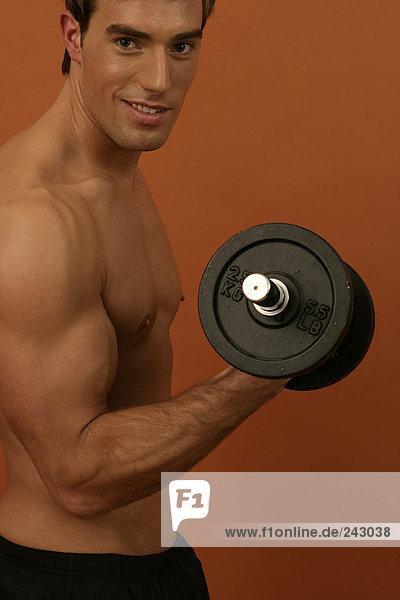 Sportler trainiert mit Gewichten  fully_released