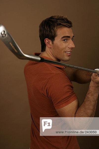 Ein Golfspieler mit einem Achter Eisen  fully_released