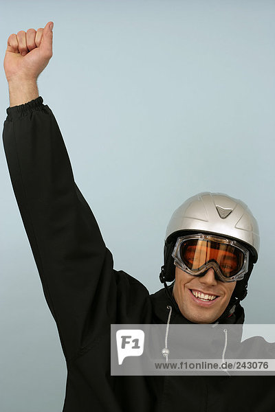 Ein Mann mit Skibrille und Schutzhelm jubelt  fully_released
