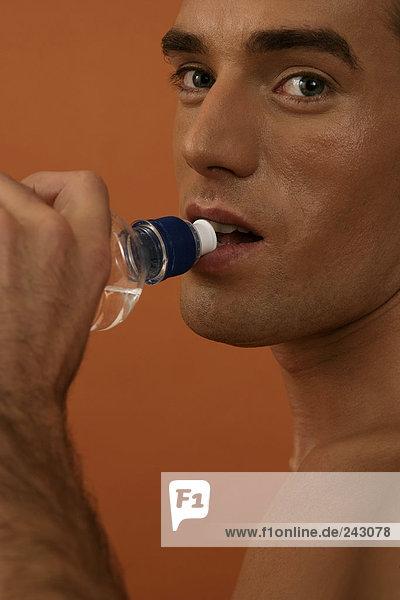 Ein Mann trinkt Wasser  fully_released