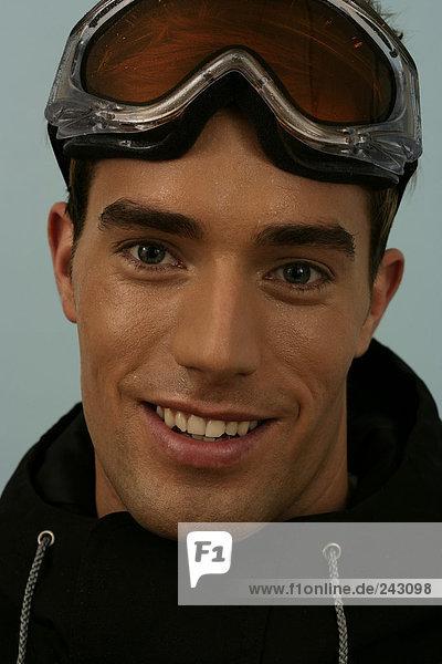 Porträt von einem Mann mit einer Skibrille  fully_released