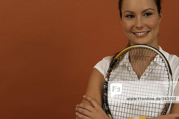 Tennisspielerin hält einen Schläger im Arm  fully_released