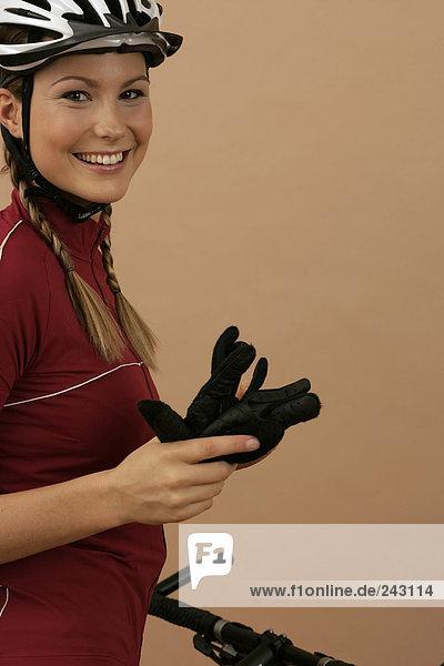 Mountainbikerin hält Handschuhe in der Hand  fully_released