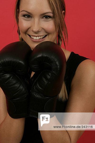 Junge Frau mit Boxhandschuhen  fully_released