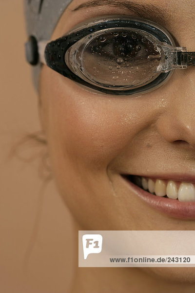 Close-up Porträt einer Schwimmerin mit Schwimmbrille  fully_released