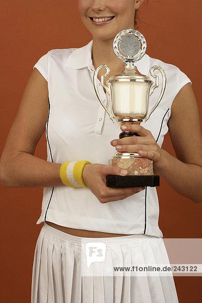 Tennisspielerin hält einen Pokal in der Hand  fully_released