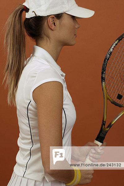Tennisspielerin hält Schläger fest in den Händen  fully_released