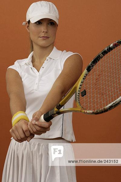 Tennisspielerin hält Tennisschläger fest in den Händen  fully_released