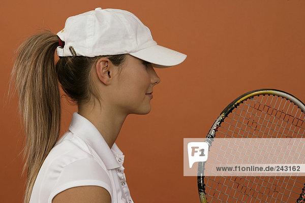 Tennisspielerin mit Basecape und Tennisschläger  fully_released