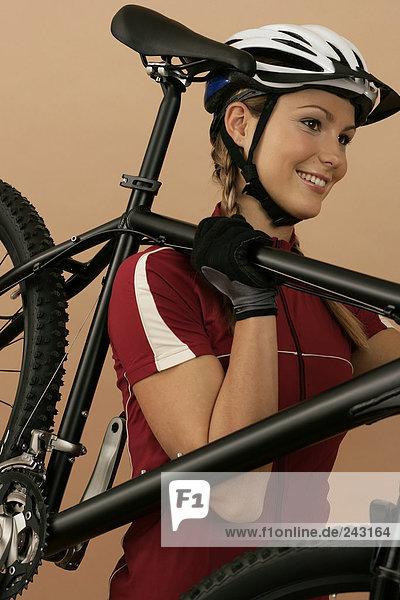 Mountainbikerin trägt ihr Mountainbike  fully_released