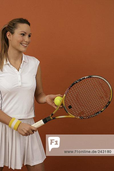 Tennisspielerin beim Aufschlag  fully_released
