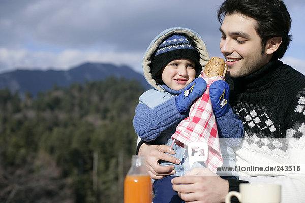 Junge füttert Vater mit Sandwich  fully_released