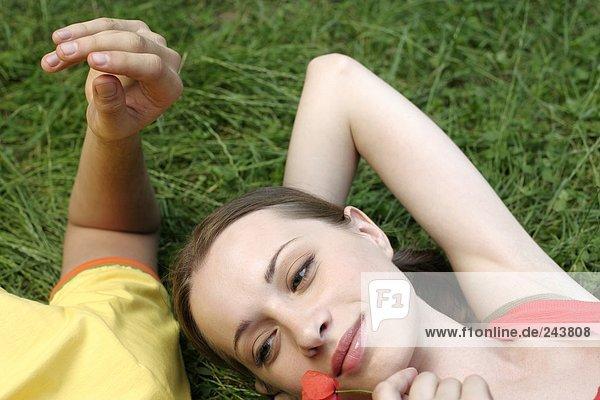 Junges Paar liegt Kopf an Kopf im Gras  fully_released