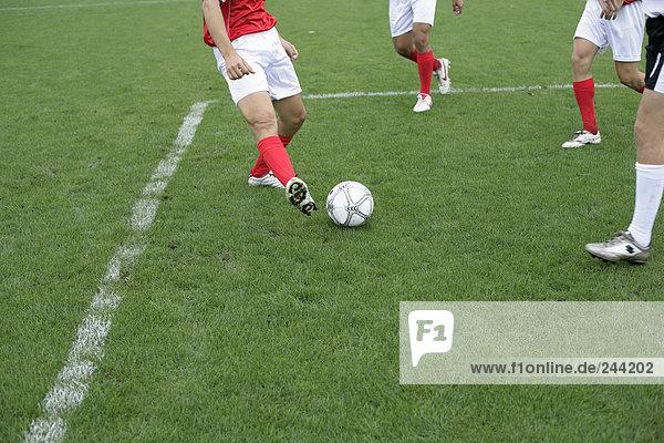 Fußballspieler spielen im Strafraum  fully_released