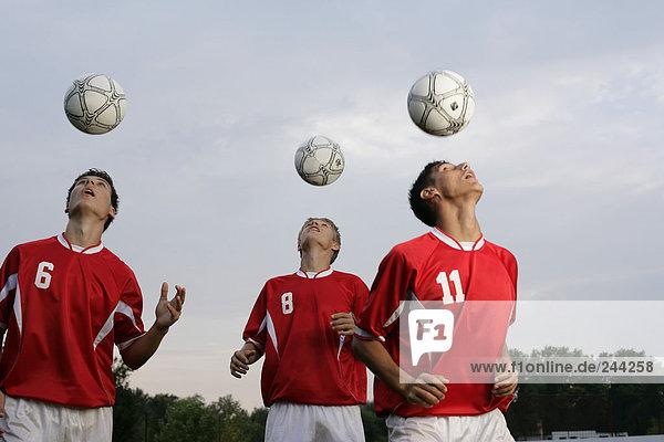 Fußballspieler machen Kopfballübungen  fully_released