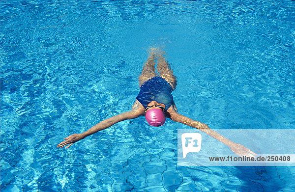 Schwimmende Frau im Schwimmbad  erhöhte Aussicht
