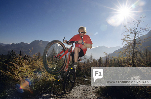 Österreich  Alpen  Mann Mountainbike  Tiefblick