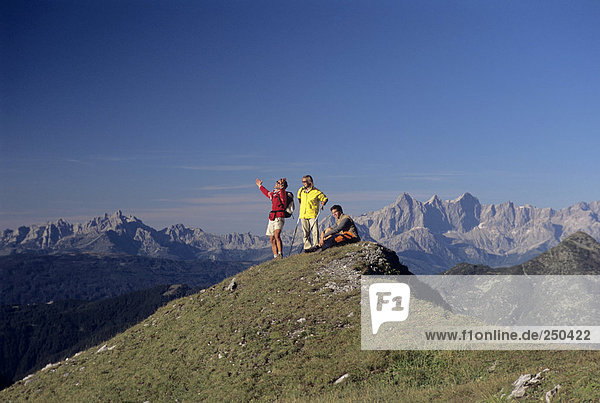 Drei Personen auf dem Gipfel des Berges