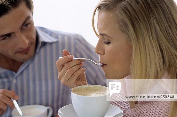 Junges Paar trinkt Kaffee und Tee