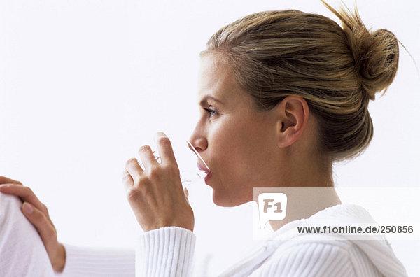 Frau Trinkwasser  Seitenansicht  Nahaufnahme
