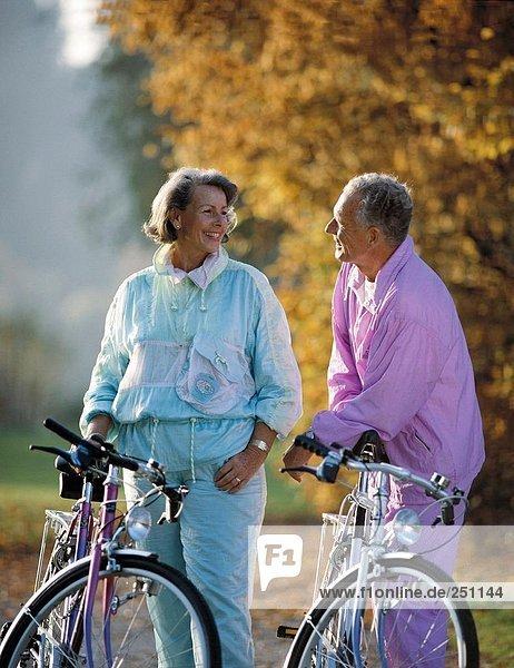 reifer Erwachsene reife Erwachsene radfahren Fahrrad Rad Paar Paare umarmen Fahrradfahrer Fahrrad fahren
