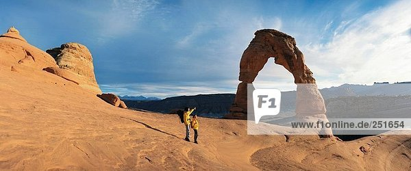 10326441  Bögen  Nationalpark  Kurve  Felsen  Felsen  Landschaft  Paar  alle Paare  Tourist  USA  Amerika  Nordamerika  Utah  Wolken
