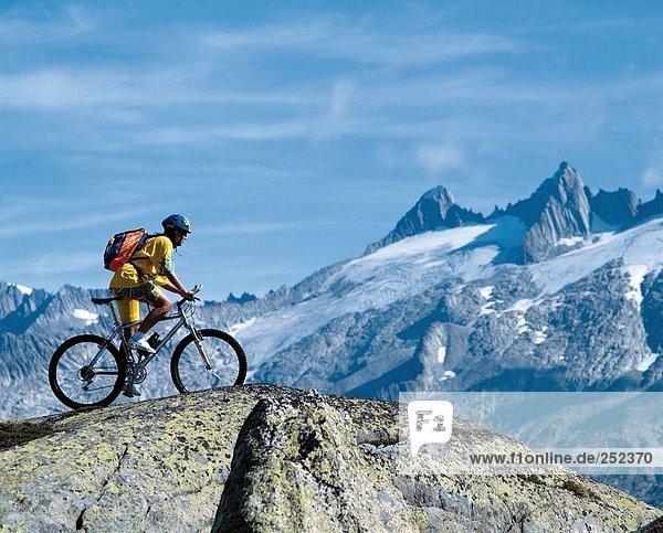 10228127  alpine  Alpen  Berge  Fahrrad  Fahrrad  Radfahren  Grimsel  Lauteraarhorn  Mountainbike  Sport  Punkt  Mann  Spitze  Unte