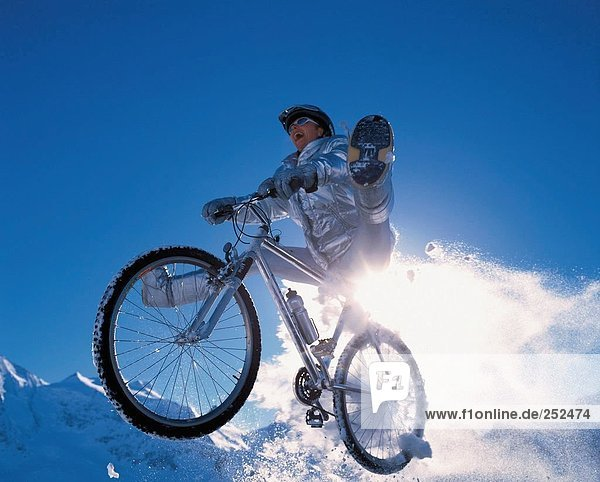 Wintersport Winter Sport radfahren Fahrrad Rad Fahrradfahrer Schnee Fahrrad fahren