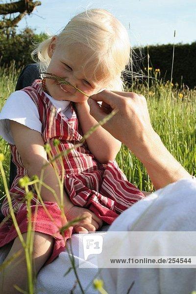 Vater mit seiner Tochter im Feld spielen