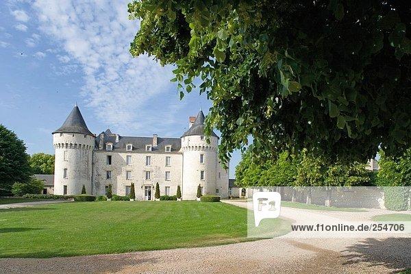 Pfad in vor der Burg  Chateau De Marçay  Indre-Et-Loire  Frankreich