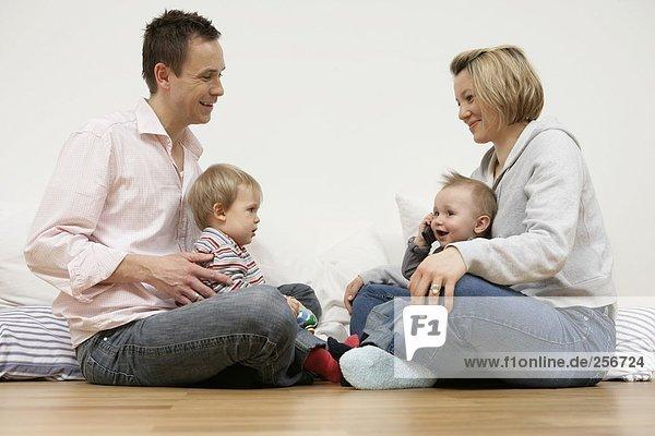 Vater mit Sohn und Mutter mit Sohn sitzen sich gegenüber  fully_released