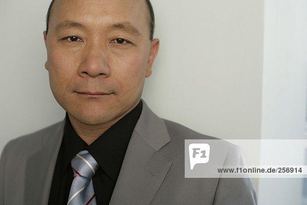 Porträt eines asiatischen Geschäftsmannes  fully_released