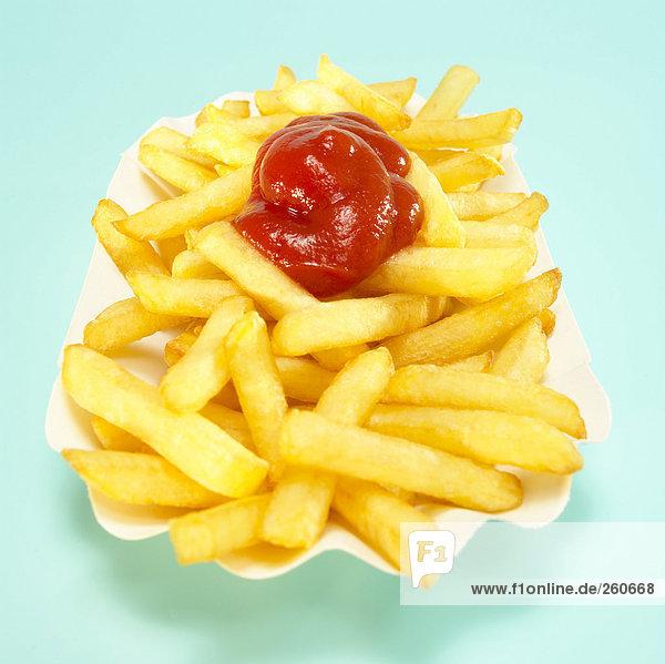 Pommes frites mit Tomatenketchup  Nahaufnahme