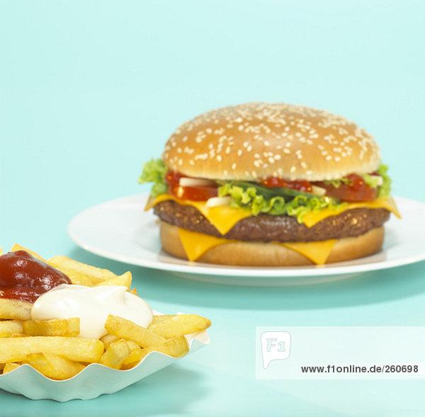 Cheeseburger mit Pommes frites  Nahaufnahme