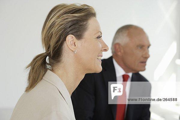 Manager und blonde Geschäftsfrau im Meeting  fully_released