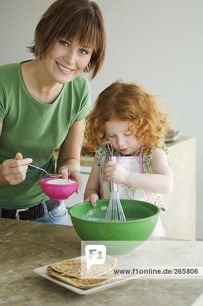 Mutter und Tochter kochen
