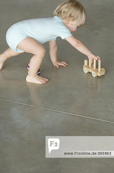 Kleiner Junge beim Spielen