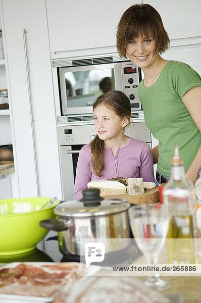 Frau und Mädchen in der Küche Frau und Mädchen in der Küche