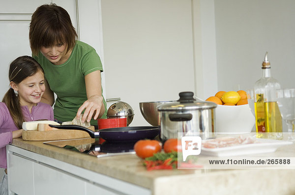 Frau und Mädchen in der Küche