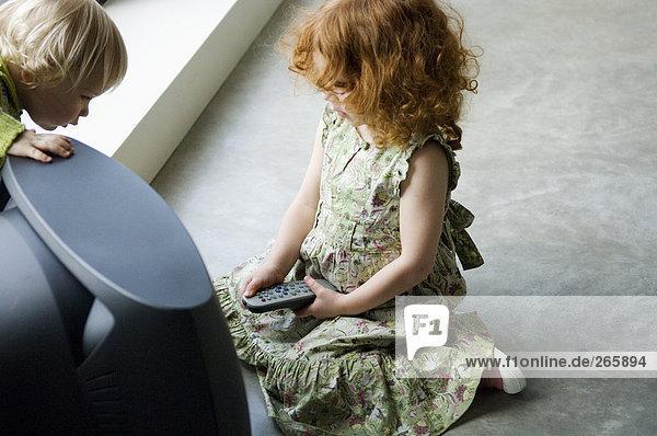 2 Kinder in der Nähe des Fernsehers