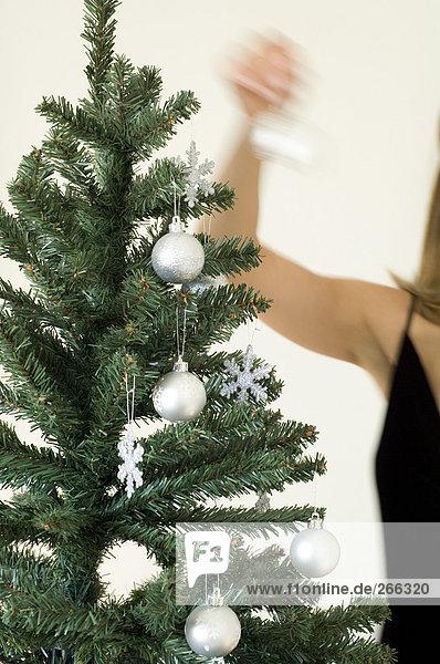Frau Hängedekoration am Weihnachtsbaum