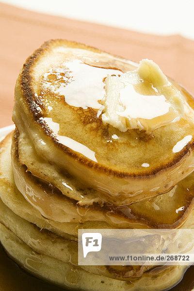 Pancakes mit Ahornsirup und Butter