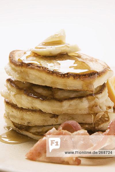 Pancakes mit Butter  Speck und Ahornsirup