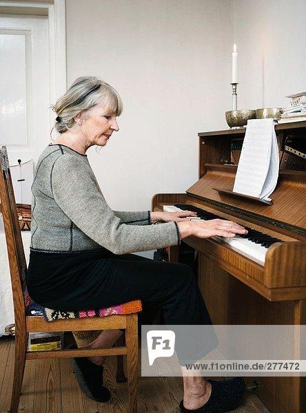Eine Frau das Klavierspiel.