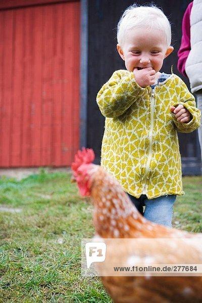 Mädchen und Huhn.