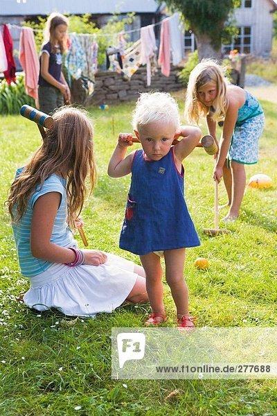 Mädchen Krocket spielen