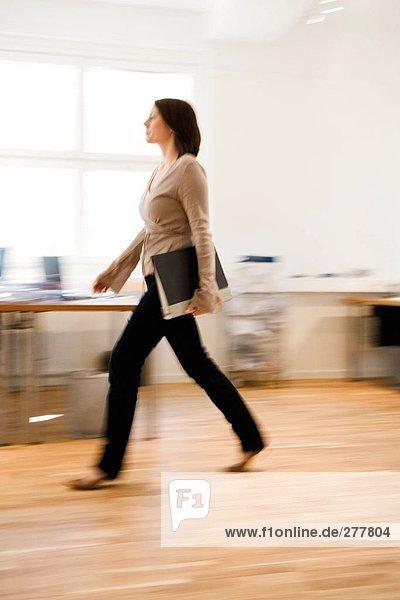 Eine Frau in einem Büro  beschäftigt.