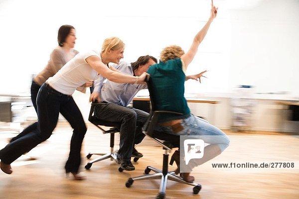 Happy Kollegen in einem Büro.