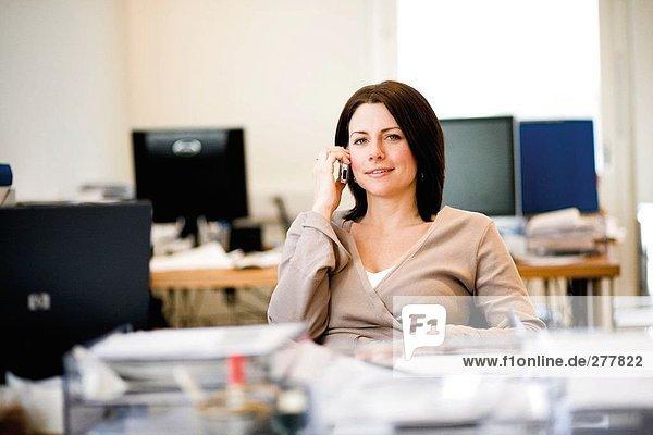 Eine Frau am Telefon sprechen.