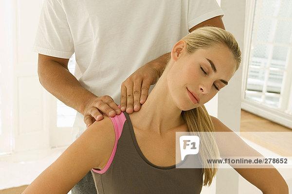 Frau mit massierten Schultern